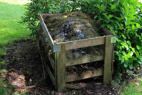 Compost bin with corner braces